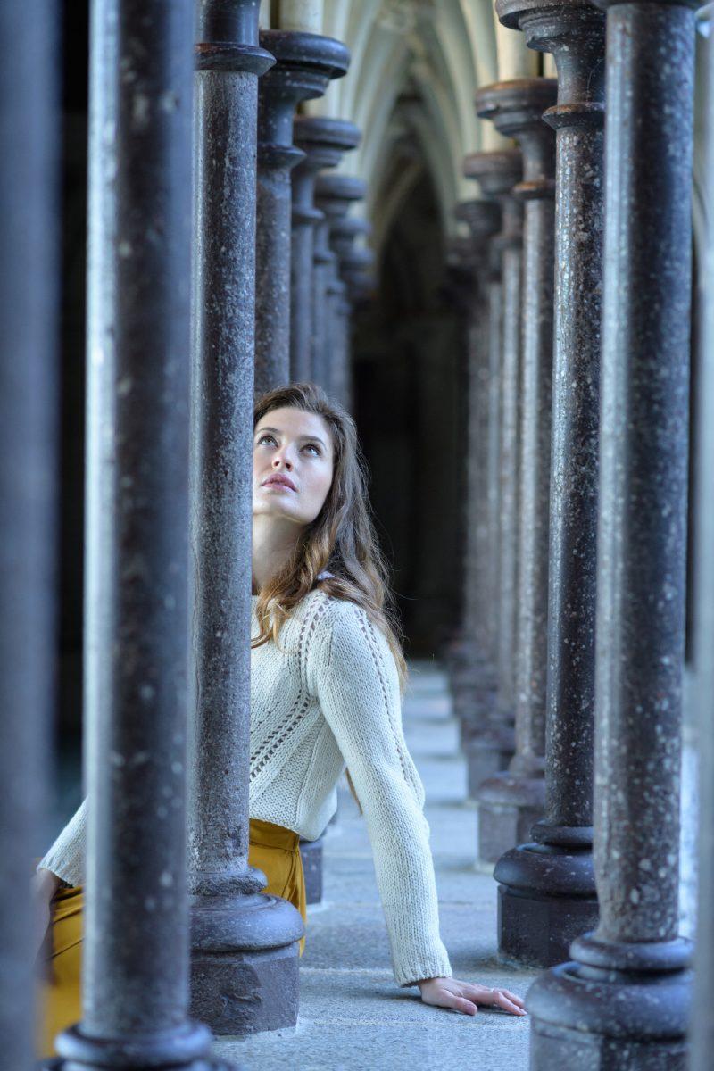 Junge Frau im Kreuzgang der Abtei des Mont Saint-Michel