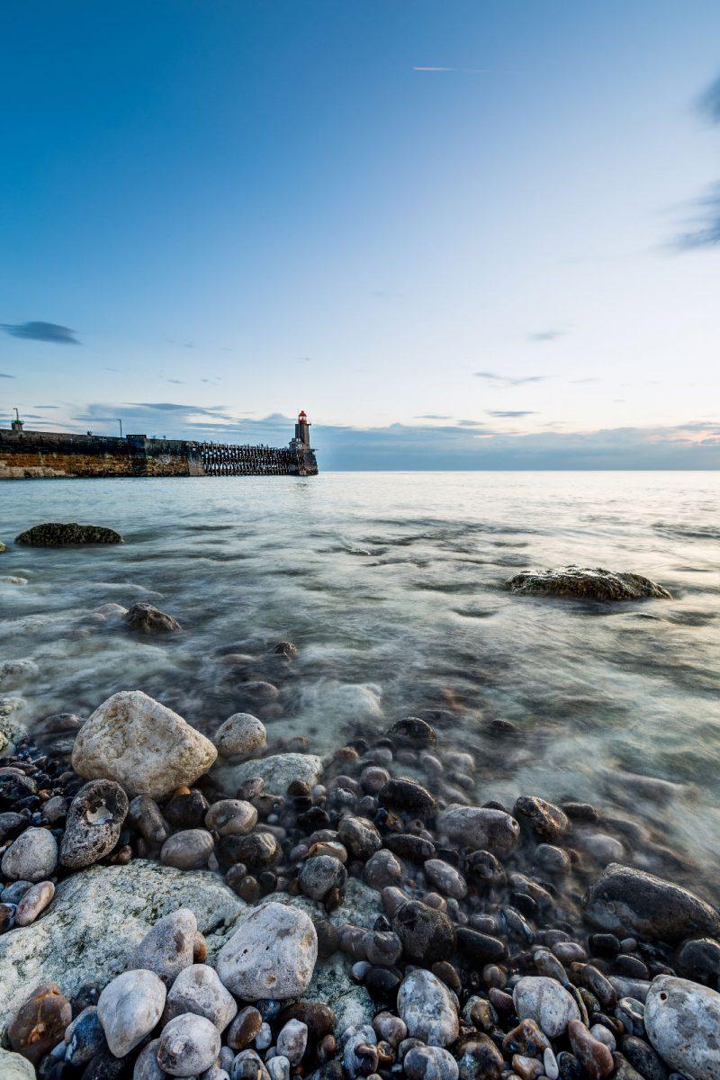 Strand mit Kieselsteinen in Fécamp