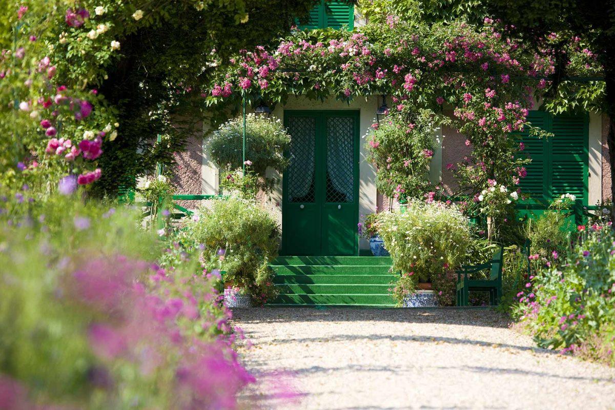 Allee im Garten von Claude Monet in Giverny mit Blick auf das Haus des Künstlers