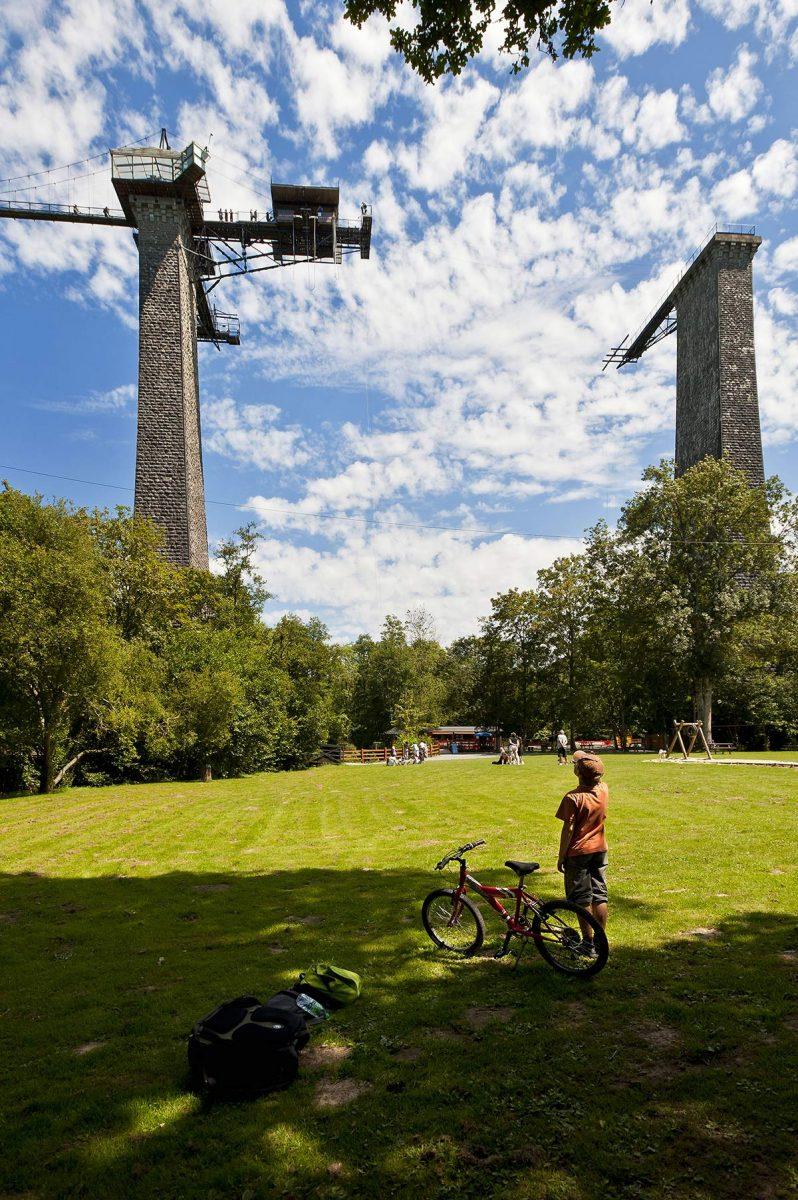 Fahrrad fahren am Viadukt des Flusses Souleuvre