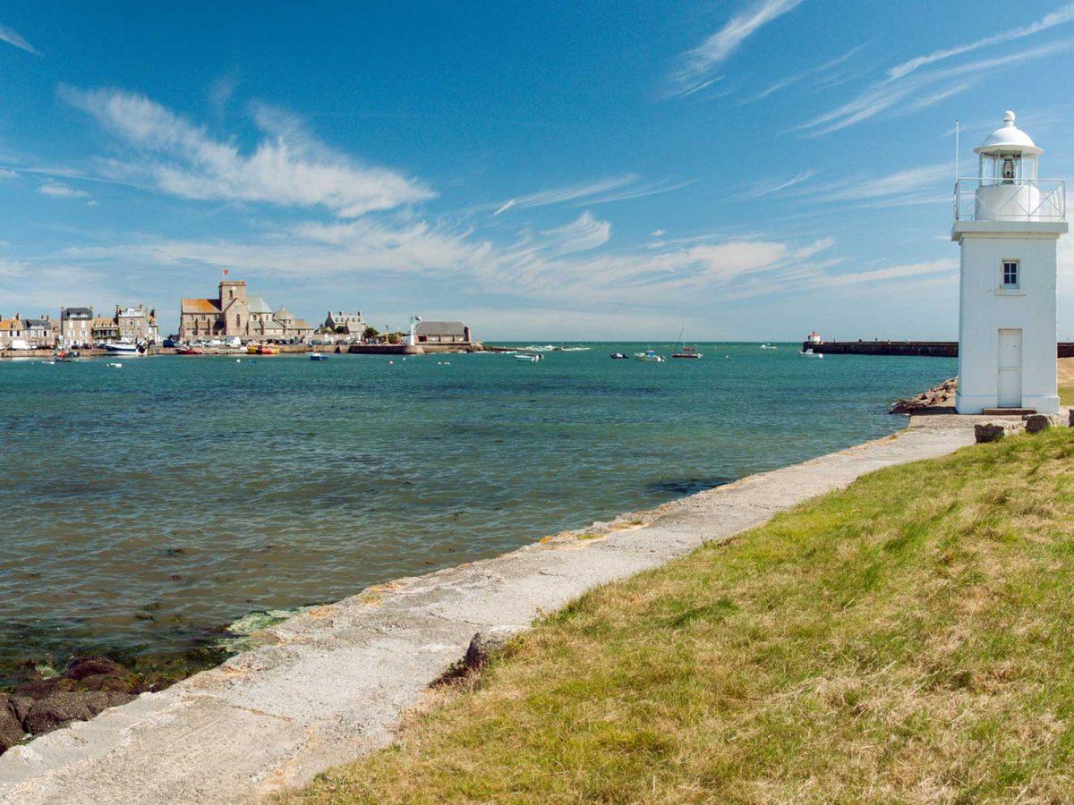 Der Hafen mit Leuchtturm von Barfleur im Cotentin
