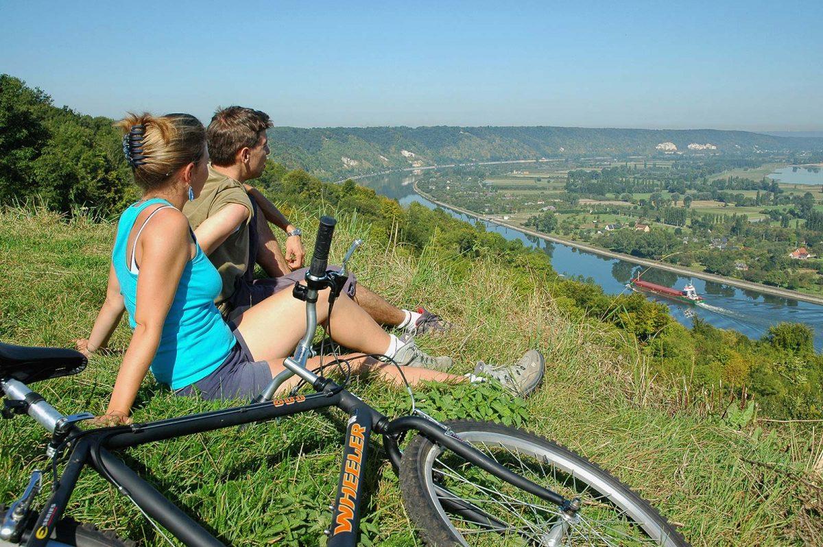 Paar mit Fahrrädern in Barneville an der Seine