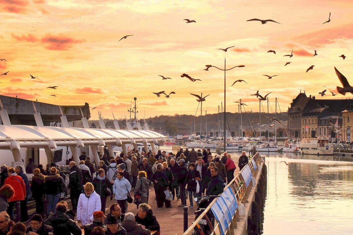 Sonnenuntergang auf dem Herings- und Jakobsmuschelfest in Dieppe