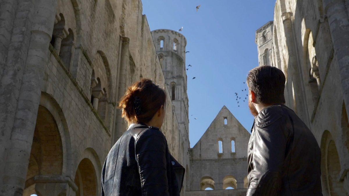Paar vor der Abtei von Jumièges