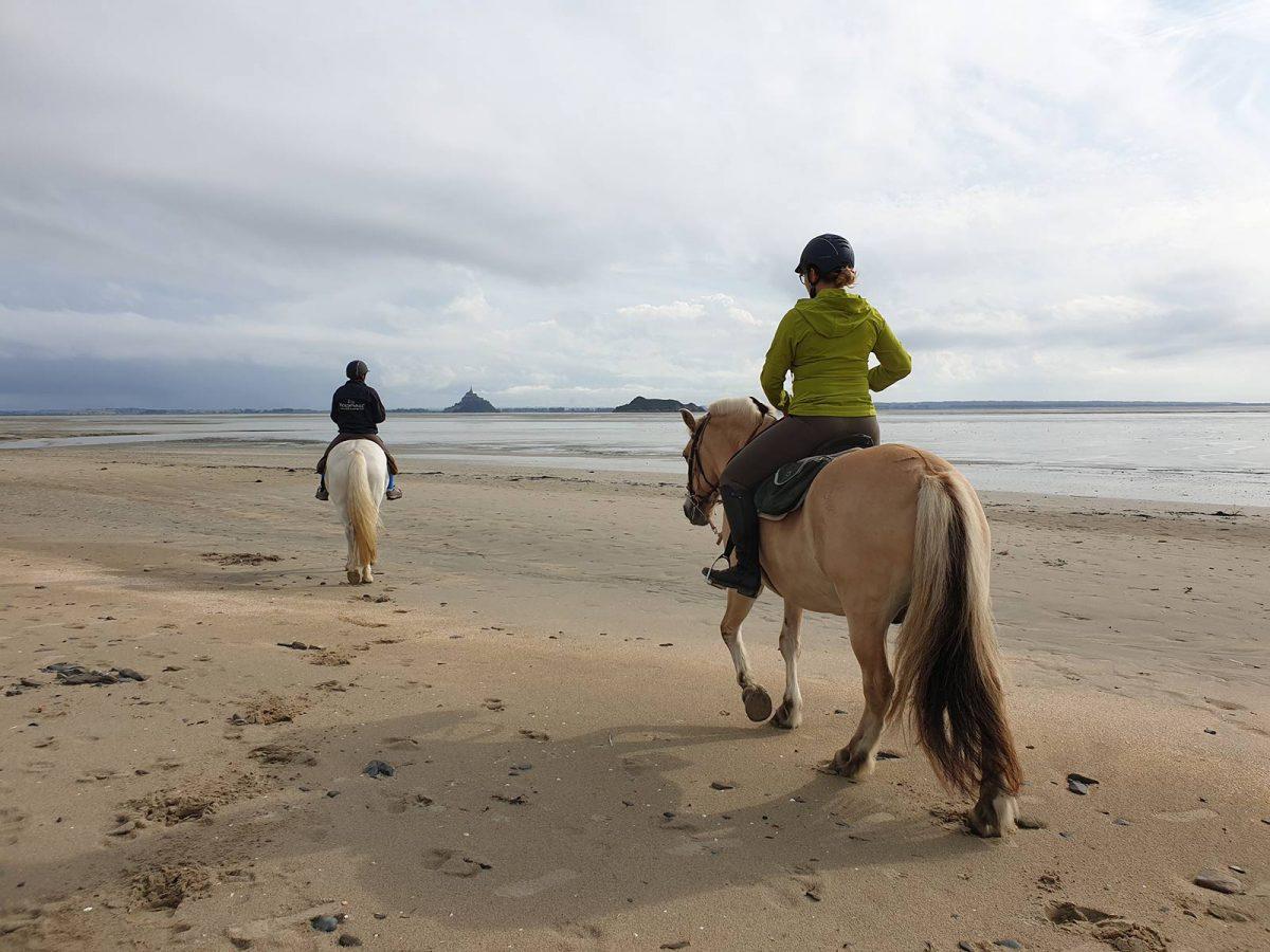 Reiter auf dem Weg zum Mont Saint-Michel