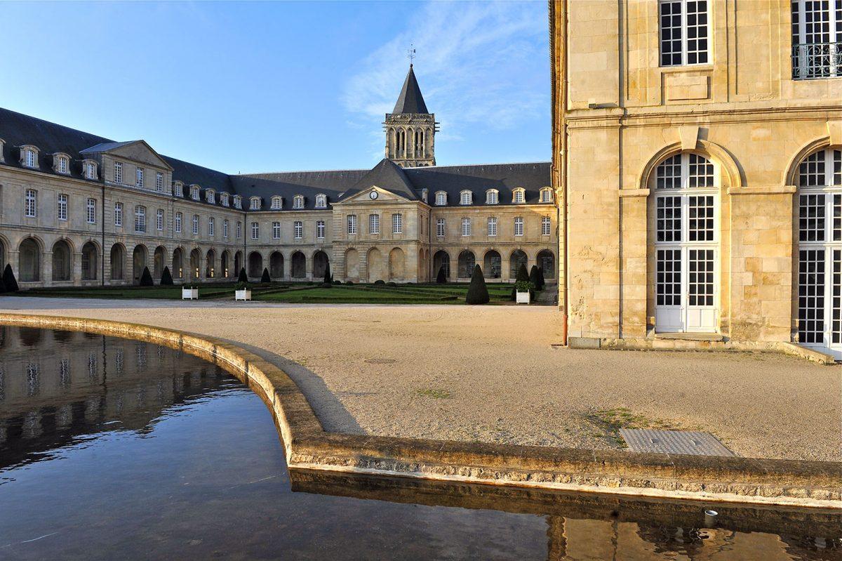 Blick auf den Hof der Abtei der Frauen in Caen