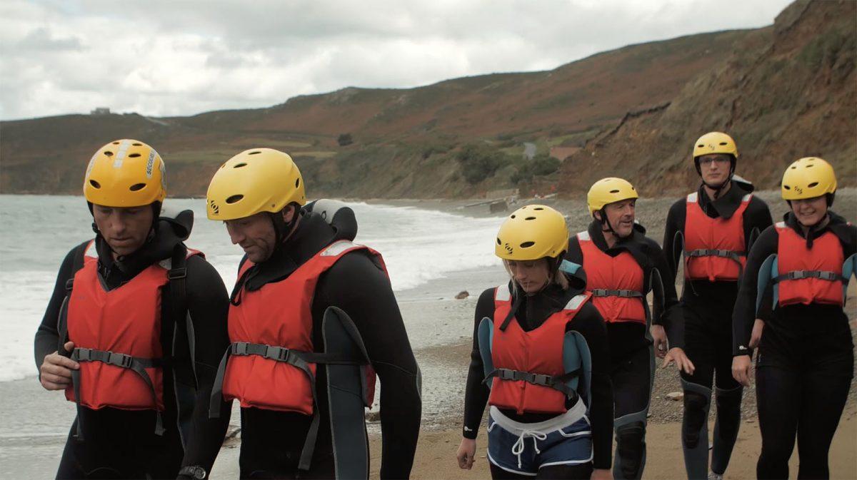 Ein Abenteuer in der Gruppe: Coasteering im Cotentin