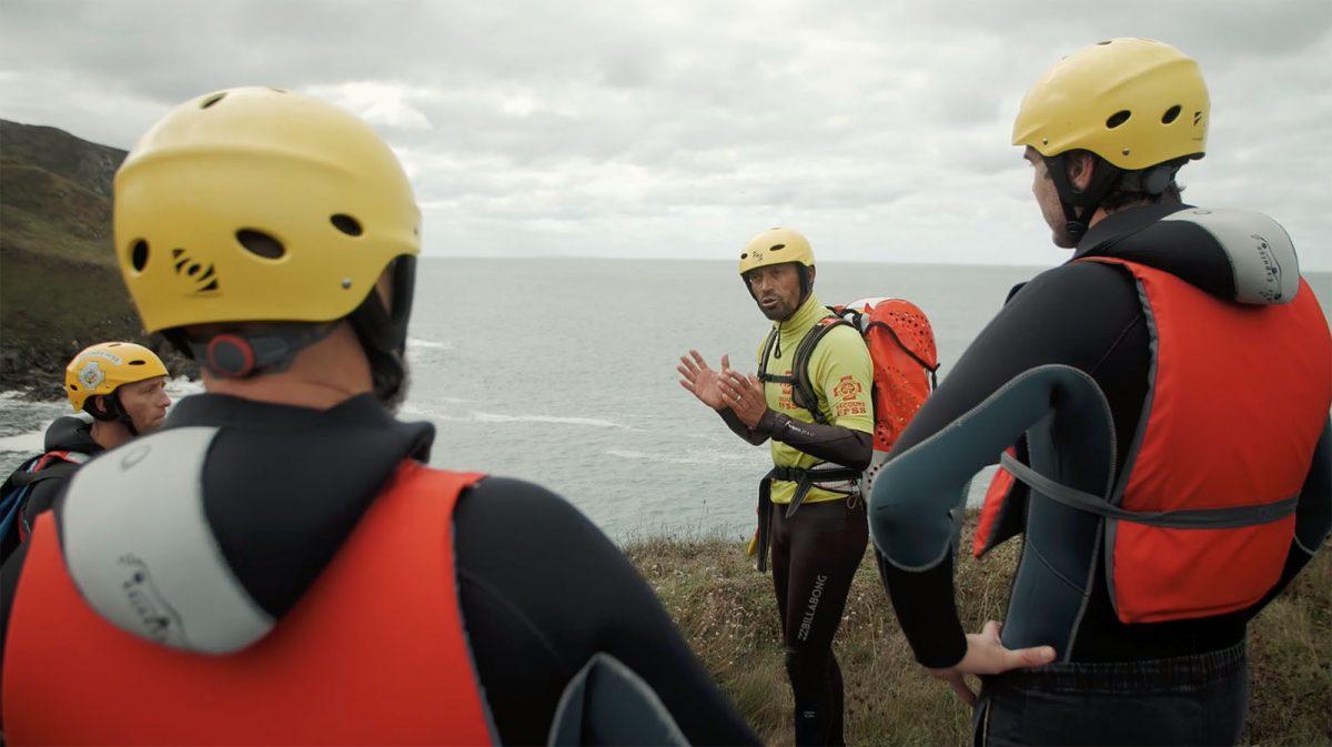 Reinald erklärt, was es beim Coasteering im Cotentin zu beachten gilt
