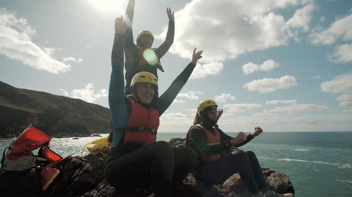 Die eigenen Grenzen überwinden: Coasteering im Cotentin