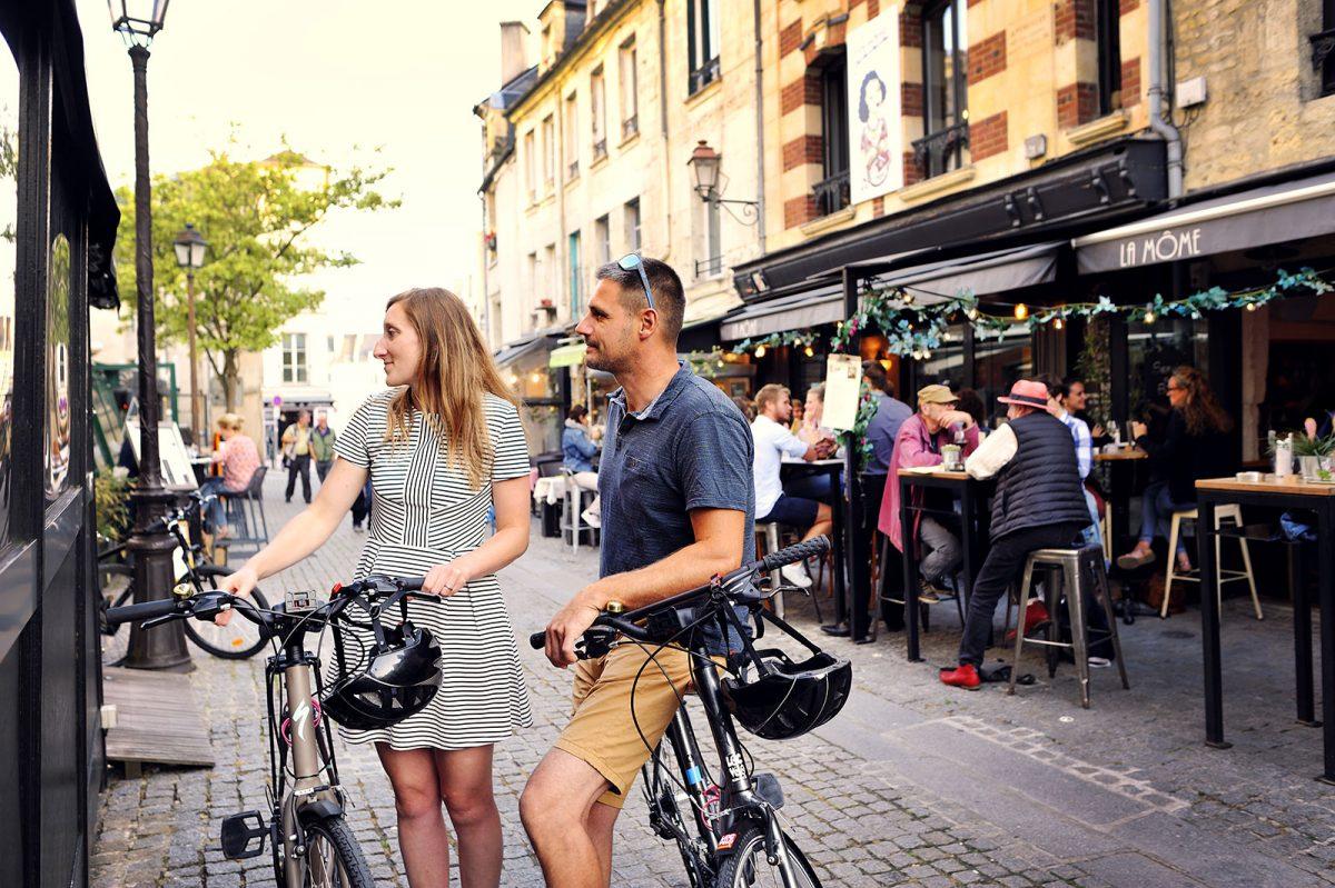 Paar mit Rädern auf dem Fernradweg La Vélo Francette