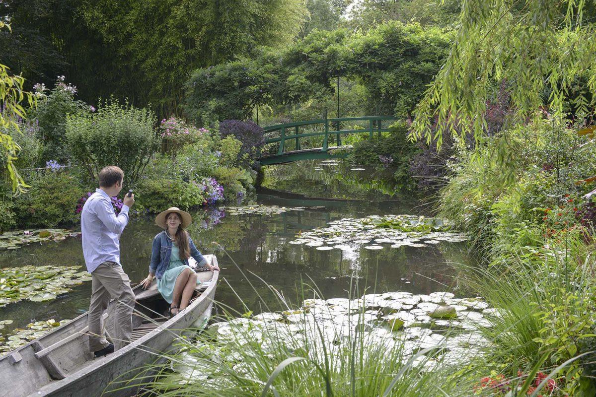 Paar in den Gärten von Giverny