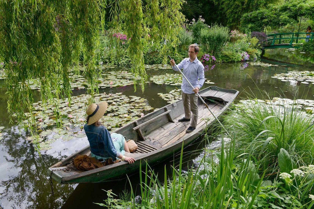 Paar in einer Barke im Garten von Claude Monet