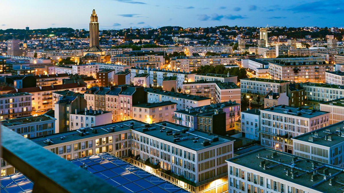 Blick auf Le Havre am Abend