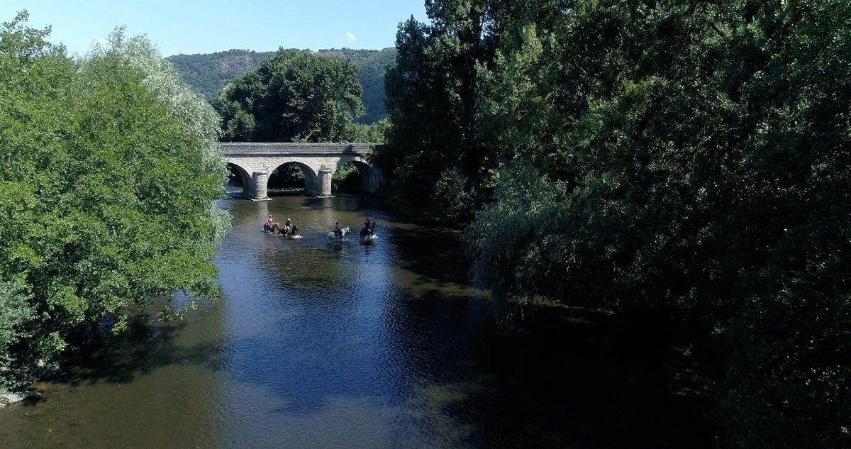 """Flussüberquerung beim Wanderreiten auf der Strecke """"Historischer Ritt Wilhelm des Eroberers"""""""