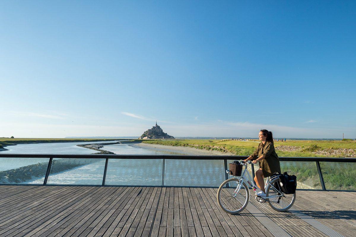 Radfahrerin am Mont Saint-Michel