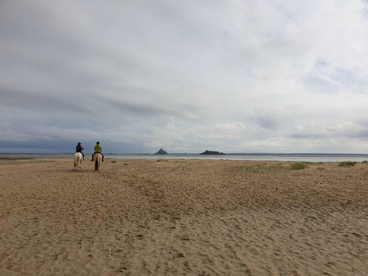 Reiten auf dem feinen Sandstrand in der Bucht des Mont Saint-Michel