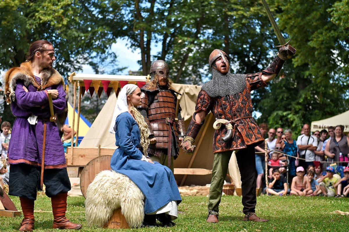 Schausteller während des Mittelalterfests von Bayeux