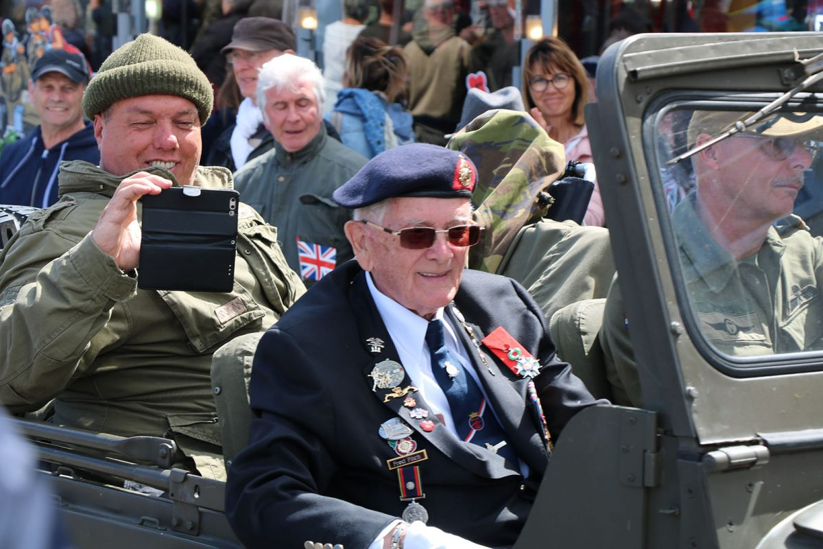Veteran in einem Jeep in Port-en-Bessin
