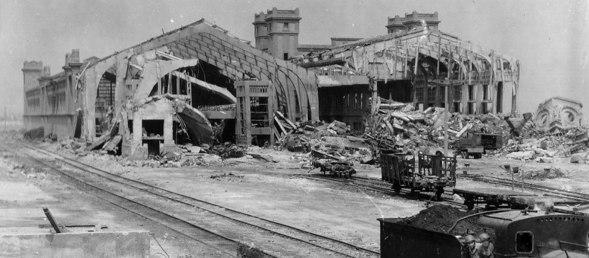 Der zerstörte Transatlantikhafen von Cherbourg 1944 © WWII Archive