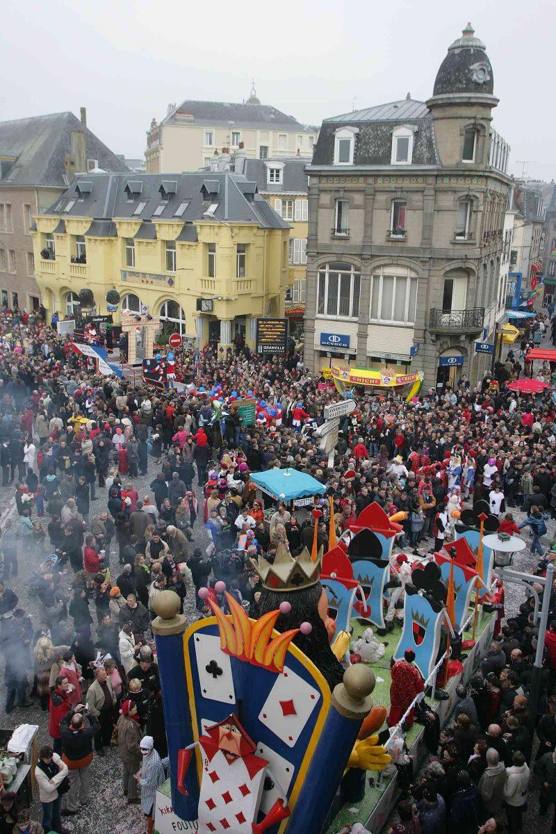 Foule en centre-ville lors du Carnaval de Granville