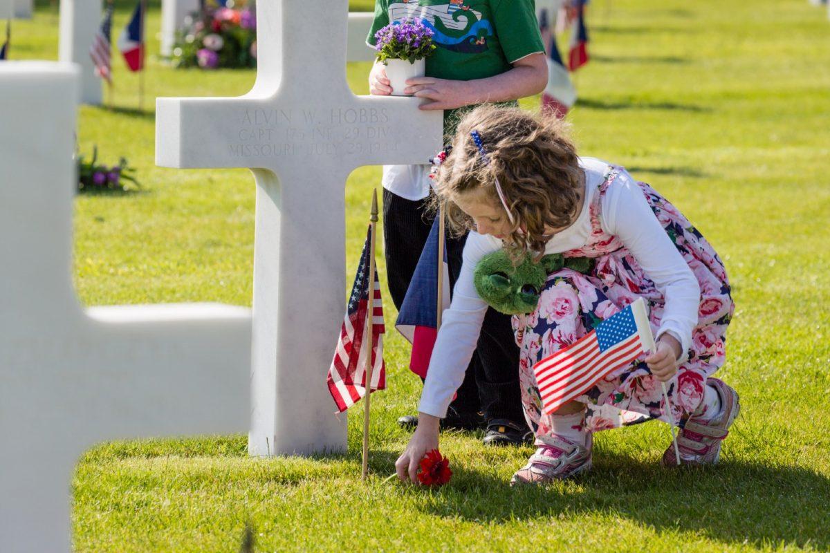 Kinder in dem amerikanischen Friedhof von Colleville-sur-Mer