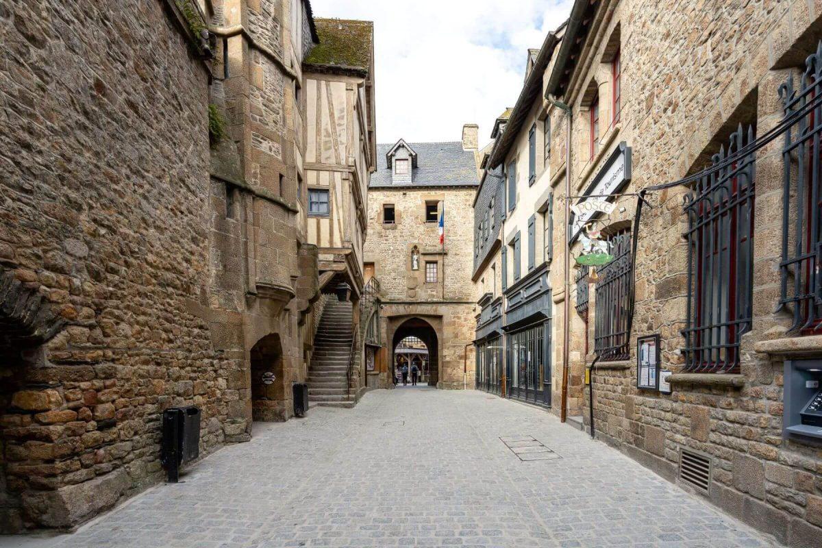 Die Grande Rue im Dorf des Klosterbergs Mont Saint-Michel