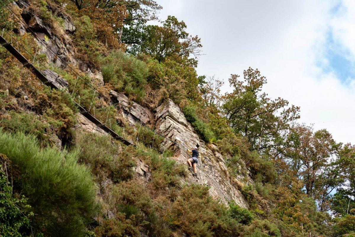 Klettern an der Via Ferrata in Clécy in der Normannischen Schweiz