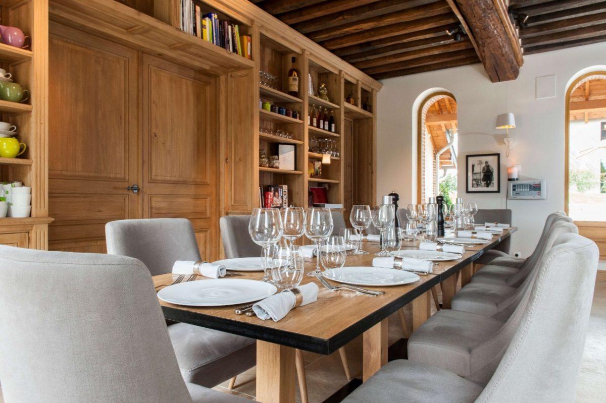 Gedeckter Tisch im Manoir de Surville
