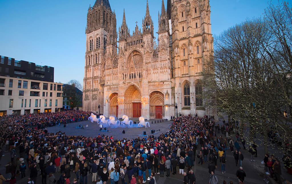 Event auf dem Vorplatz der Kathedrale von Rouen