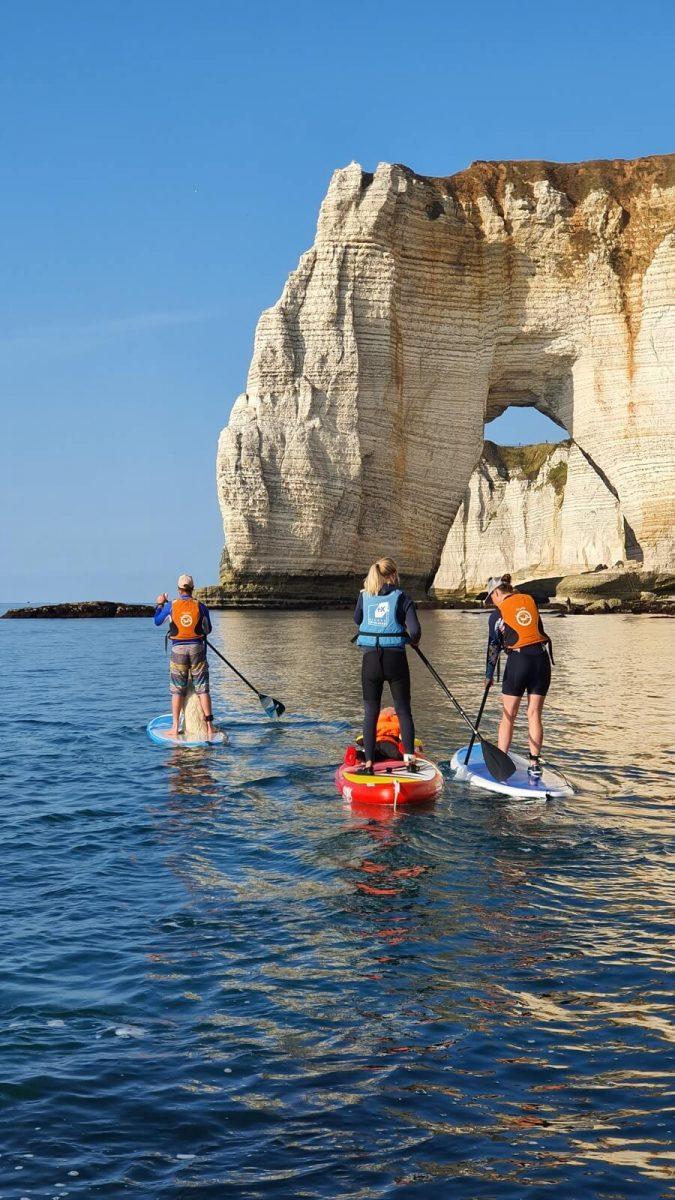 Stand-up-Paddling vor der Küste der Normandie