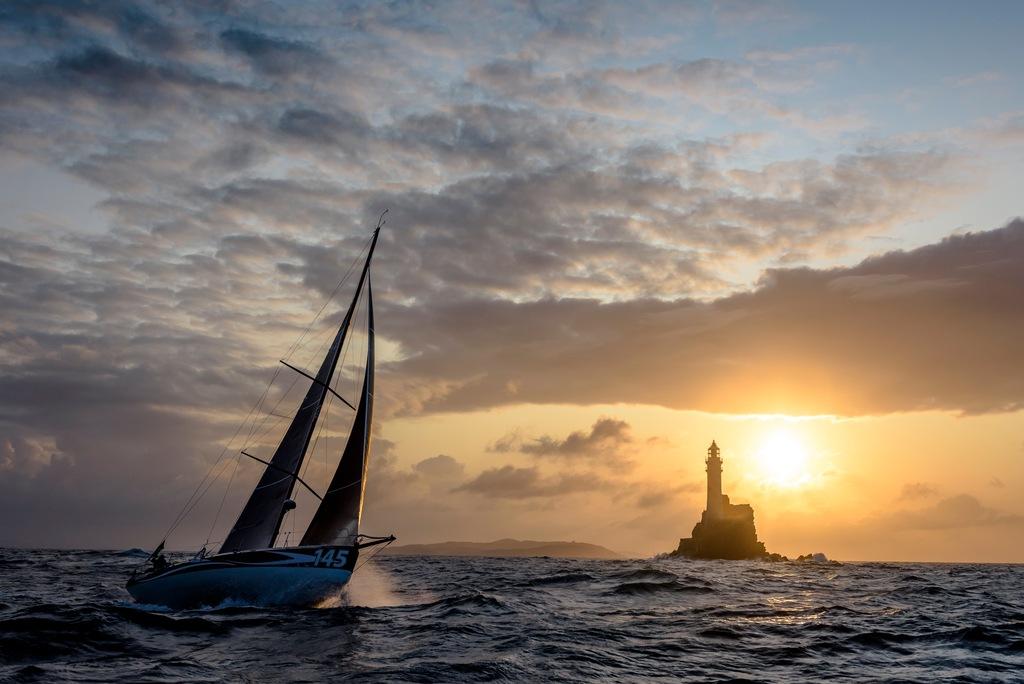 Segelboot steuert auf Fastnet Rock zu