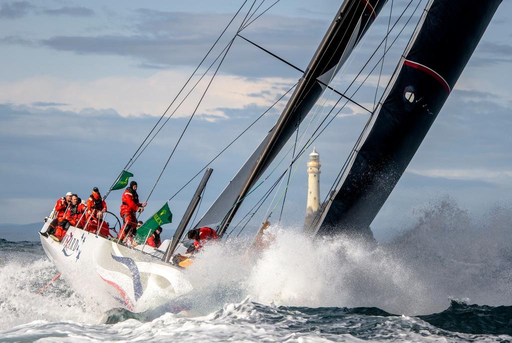 Segelboot trotzt Wellen in der Keltischen See