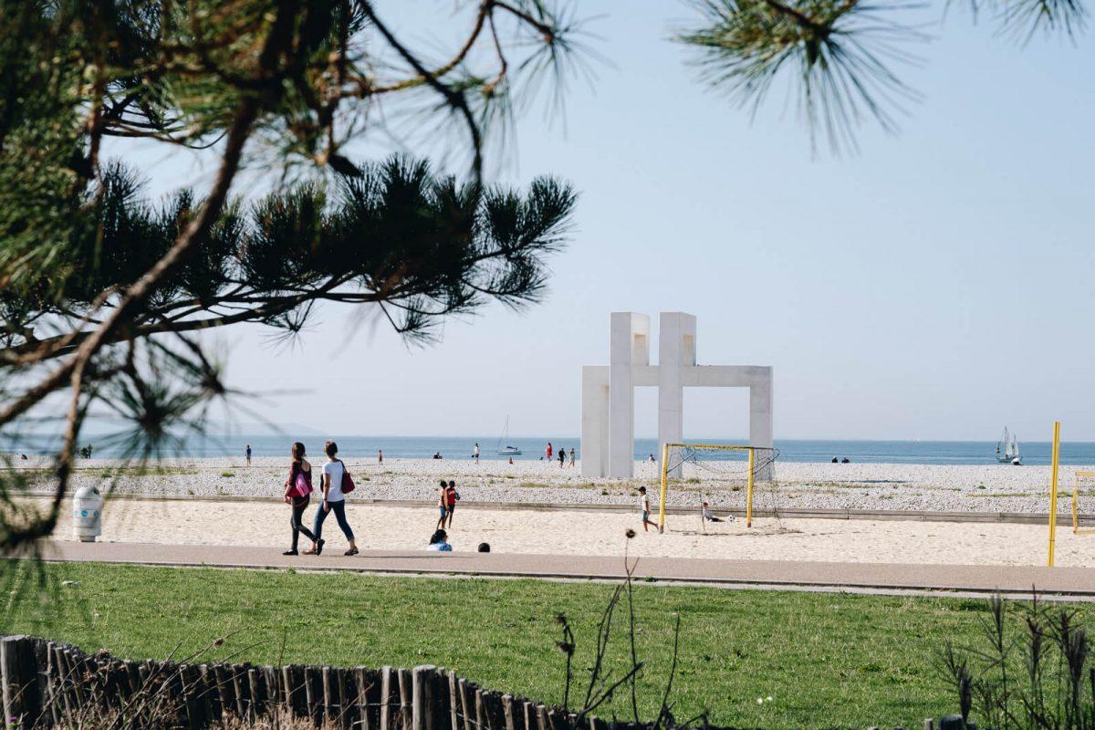 Kunstwerk Up3 am Strand von Le Havre