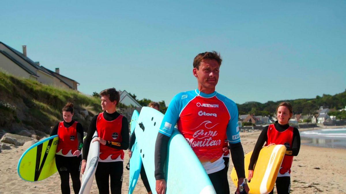 Surflehrer William und seine Surfgruppe