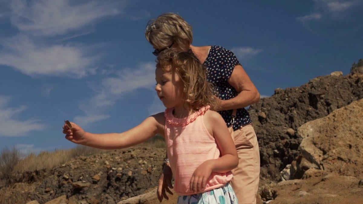 Mädchen auf Fossiliensuche