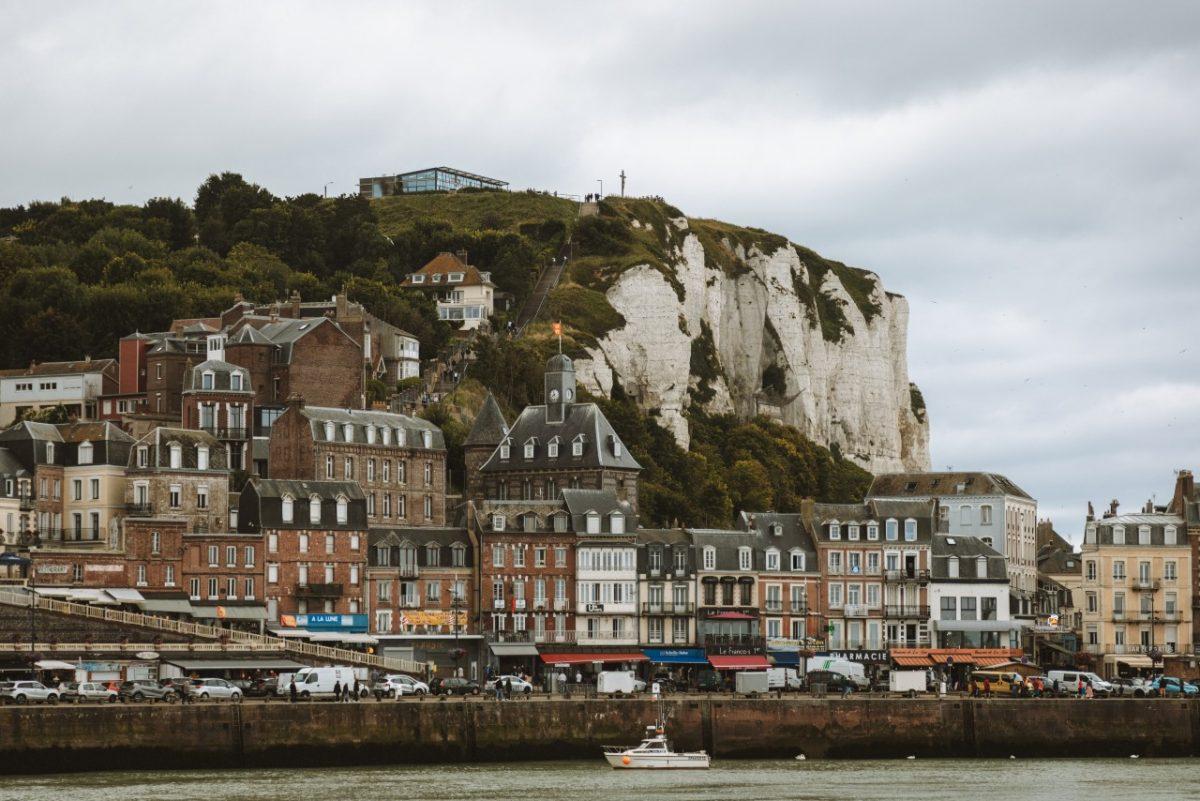 Le Tréport in der Normandie mit Kreidefelsen und Küstenstraße