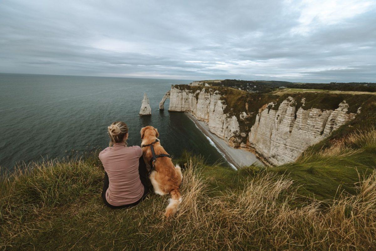 Mit Hund an den Felsen von Étretat