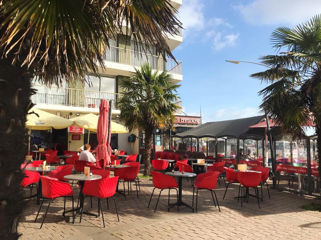 Café im Hafen von Cherbourg
